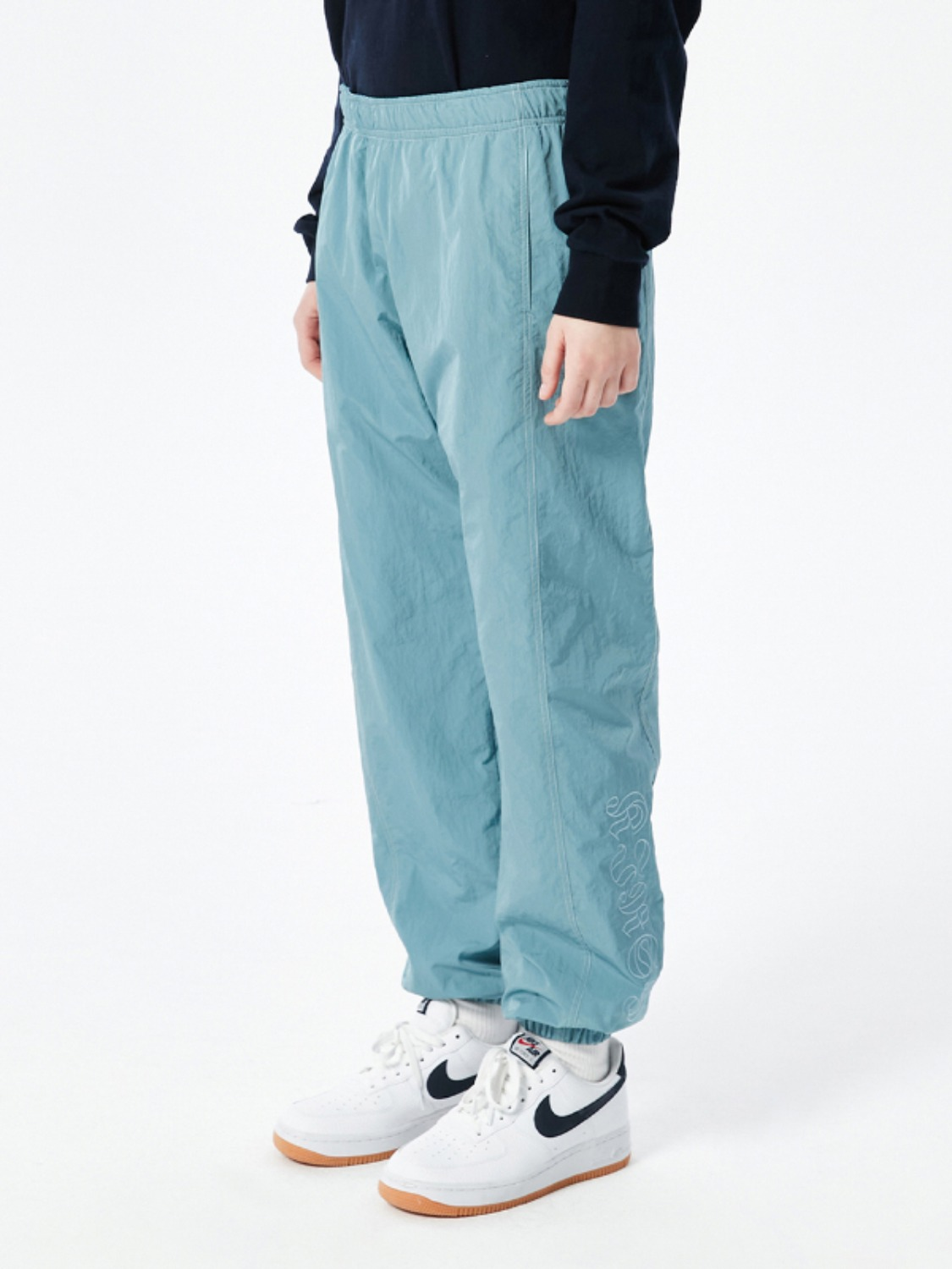 OUTLINE LETTER TRACK PANTS KS [SKY]