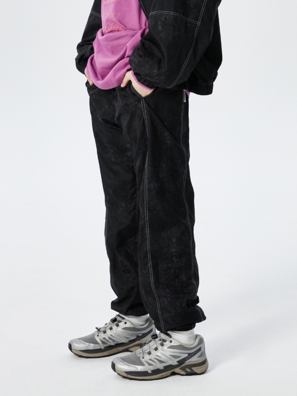 OUTLINE LETTER TRACK PANTS KS [BLACK]